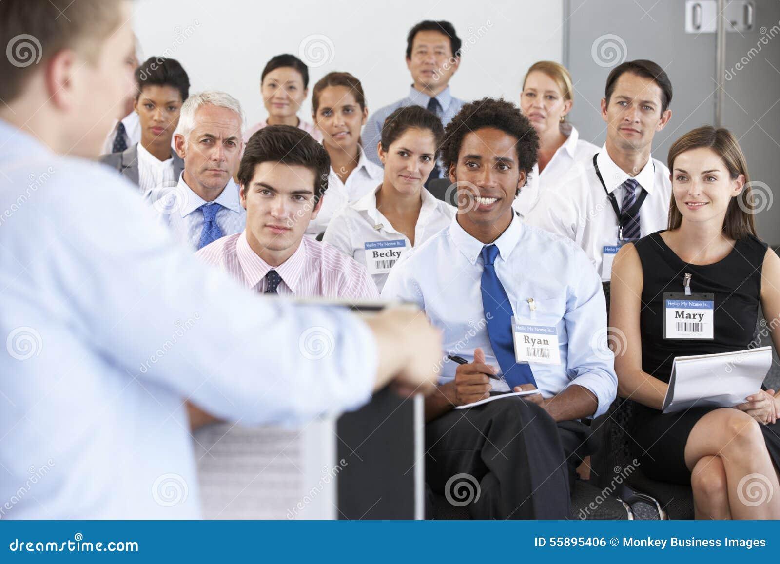 Personale medico messo nel cerchio alla riunione di caso