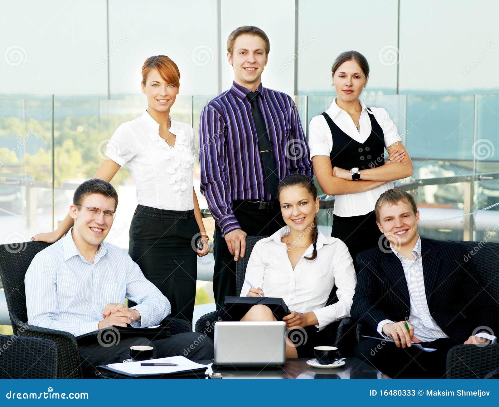 Personas del asunto de seis personas en una oficina for Imagenes de una oficina moderna