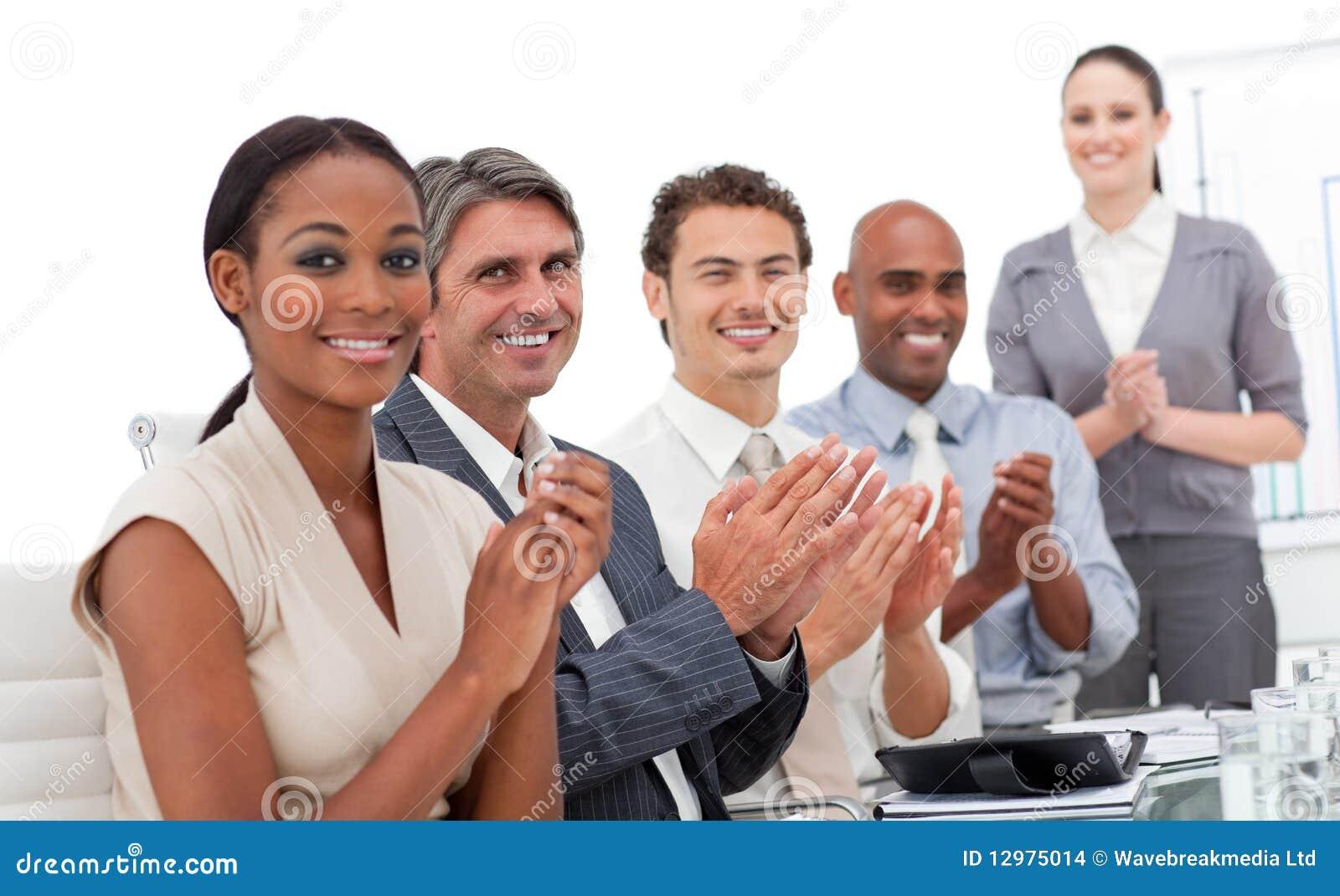 Personas del asunto que aplauden una presentación