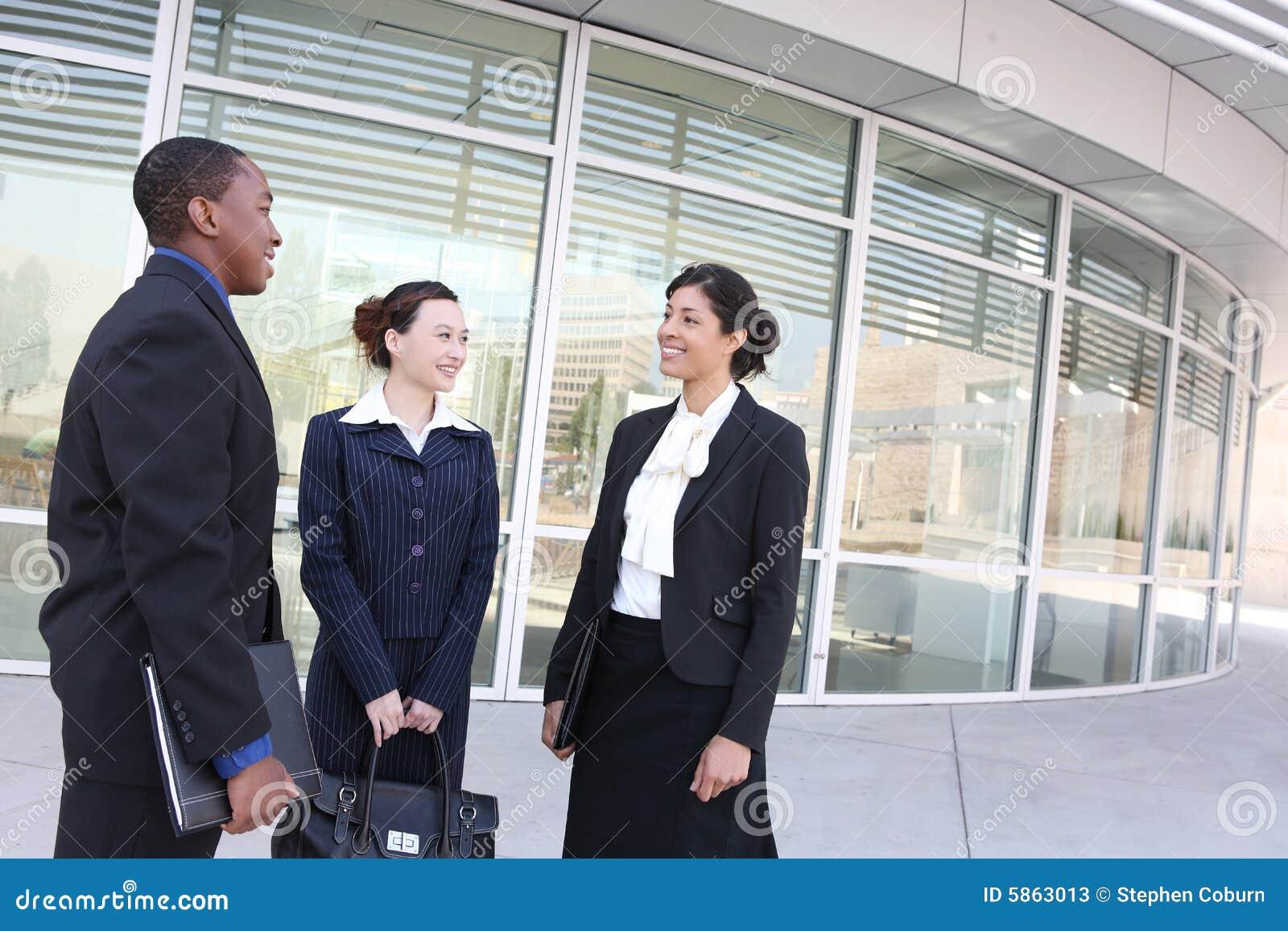 Personas diversas del asunto en el edificio de oficinas