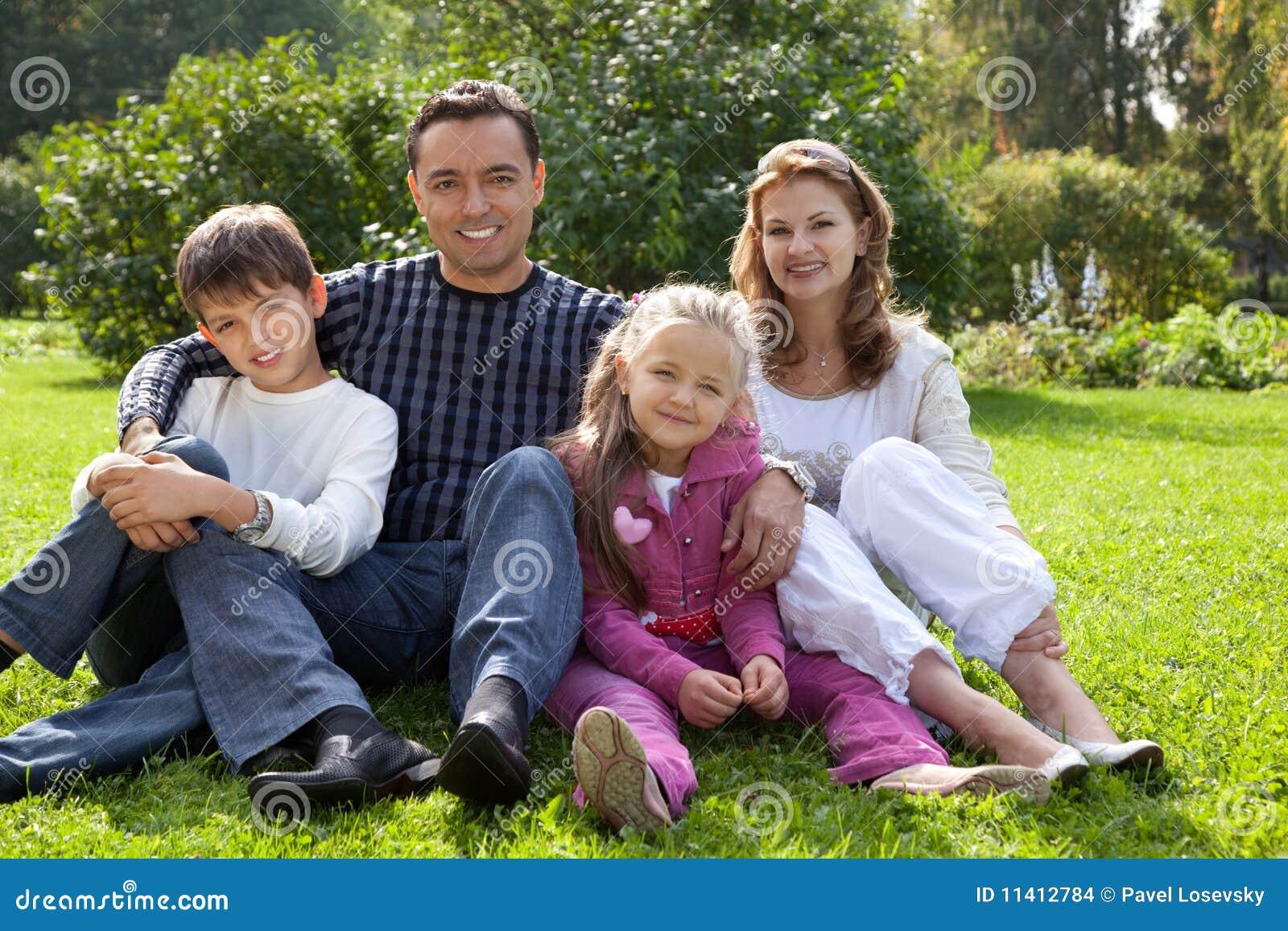 Personas felices de la familia de cuatro miembros al aire for Hotel para cuatro personas
