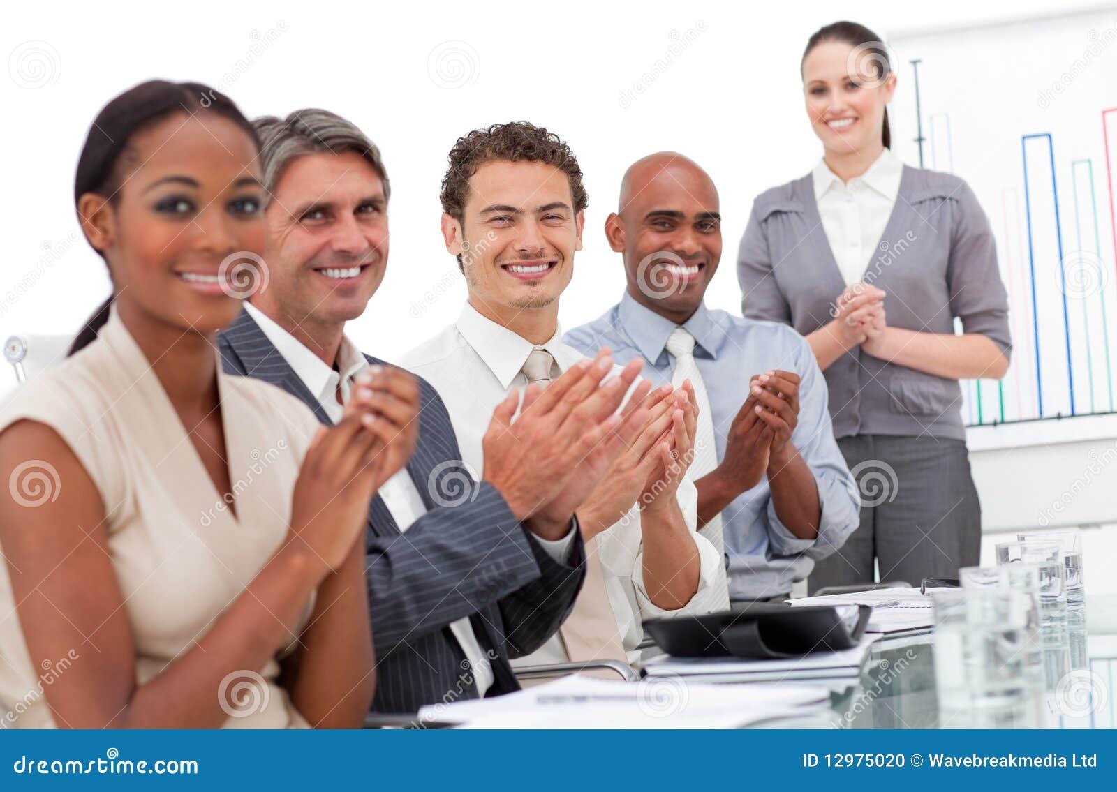 Personas felices del asunto que aplauden una buena presentación