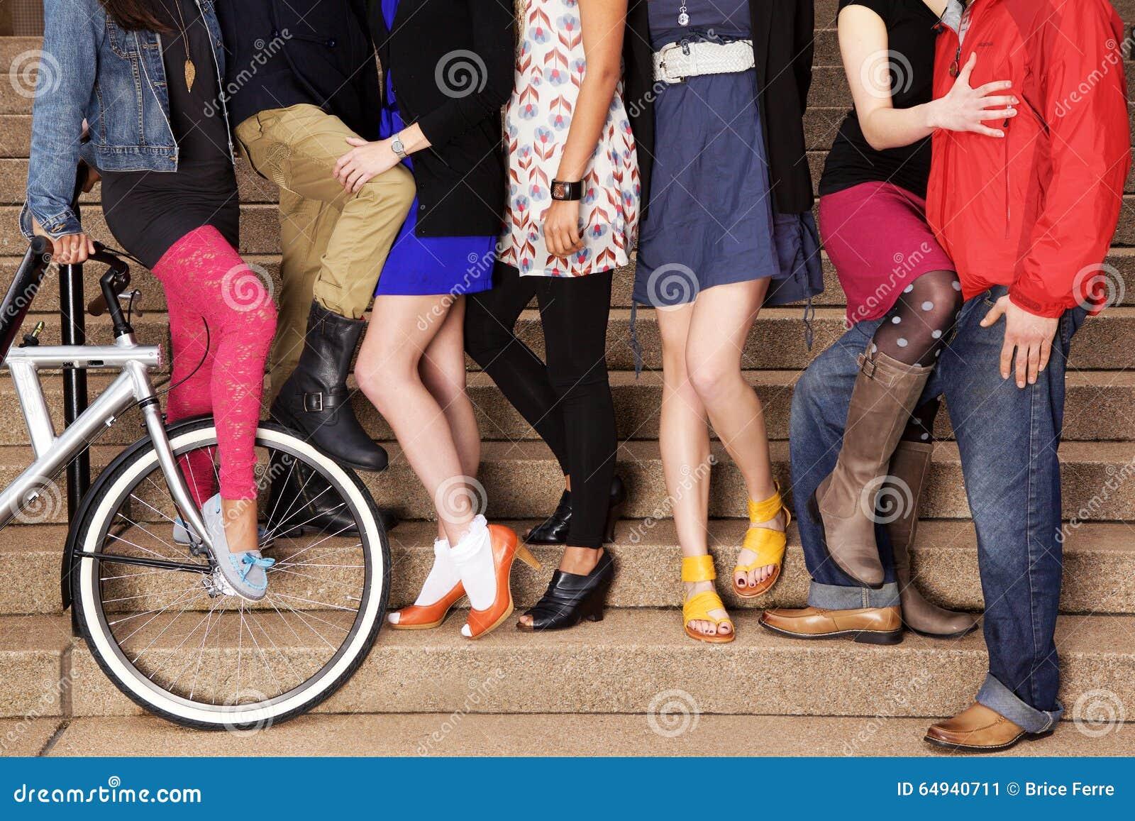 7 personas jovenes en las escaleras, con una bicicleta