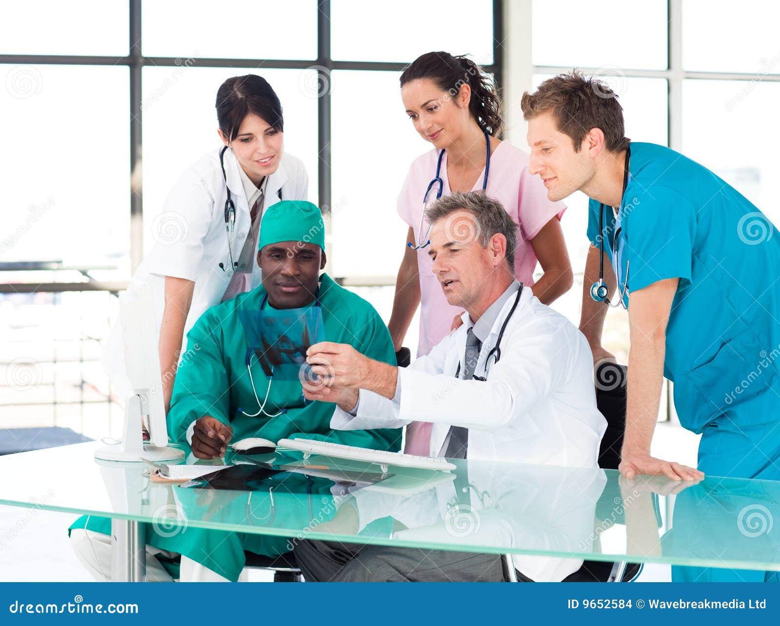 Personas médicas que estudian una radiografía