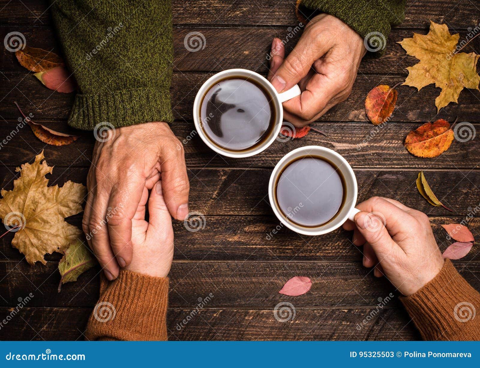 Personas mayores que llevan a cabo las manos primer El holdin mayor de la mano de la gente