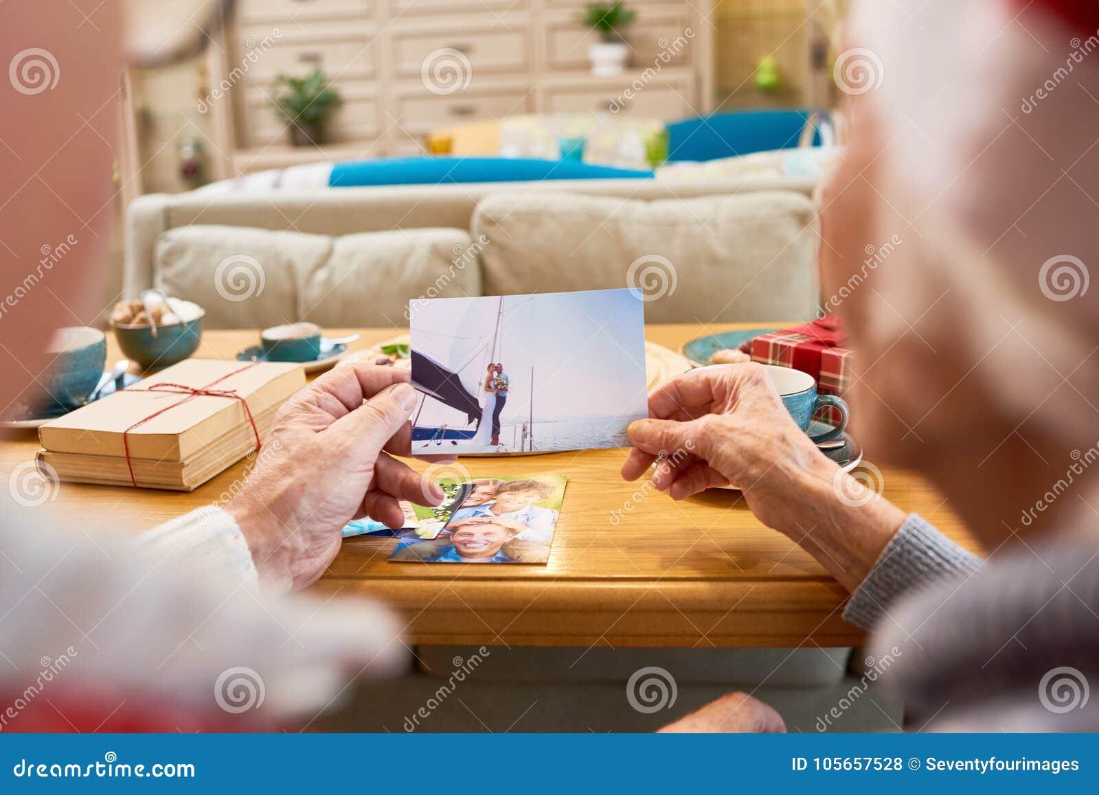 Personas mayores que miran las fotos