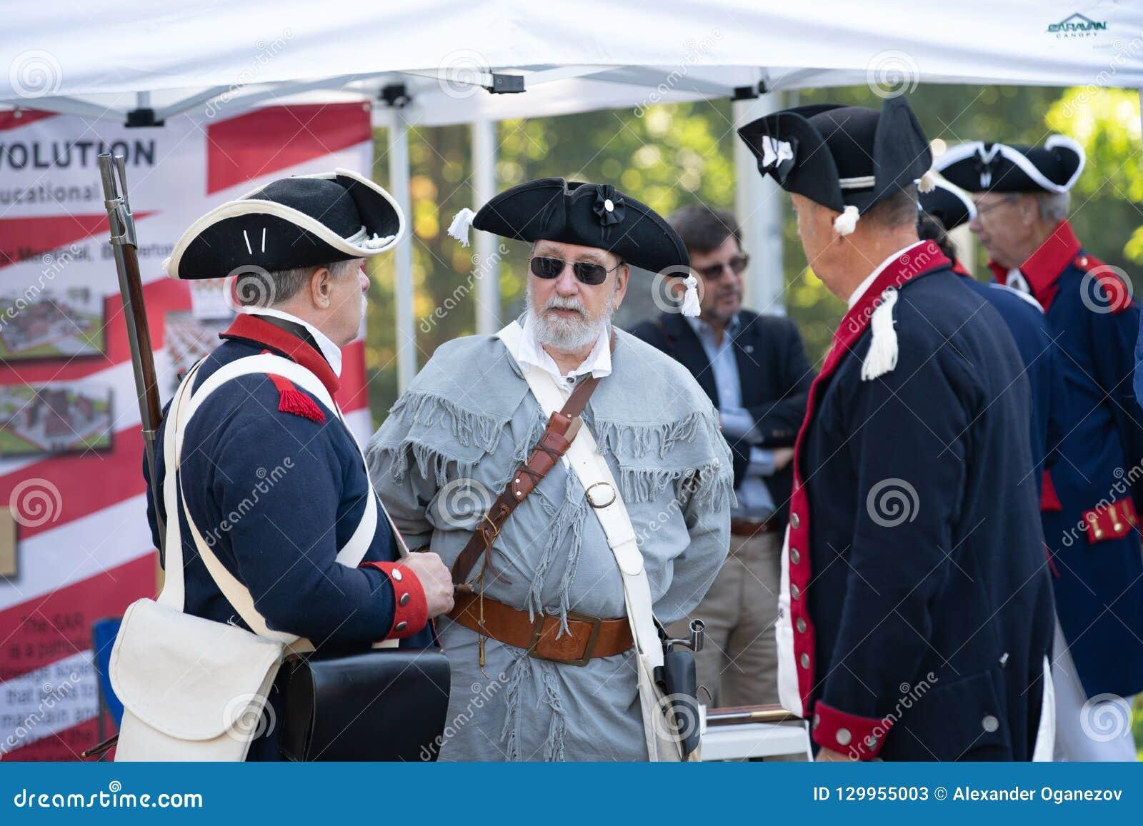 Personas mayores vestidas en trajes de la era de la guerra civil