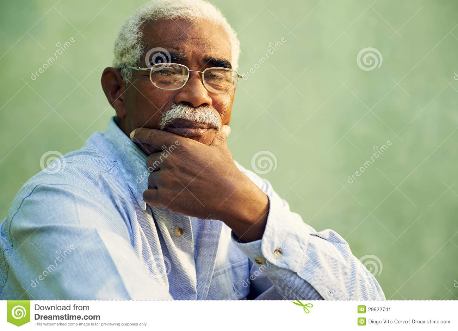 Retrato del viejo hombre del afroamericano serio que mira la cámara