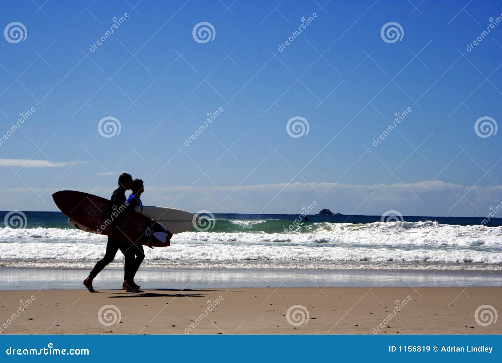 Personas que practica surf en la oscuridad
