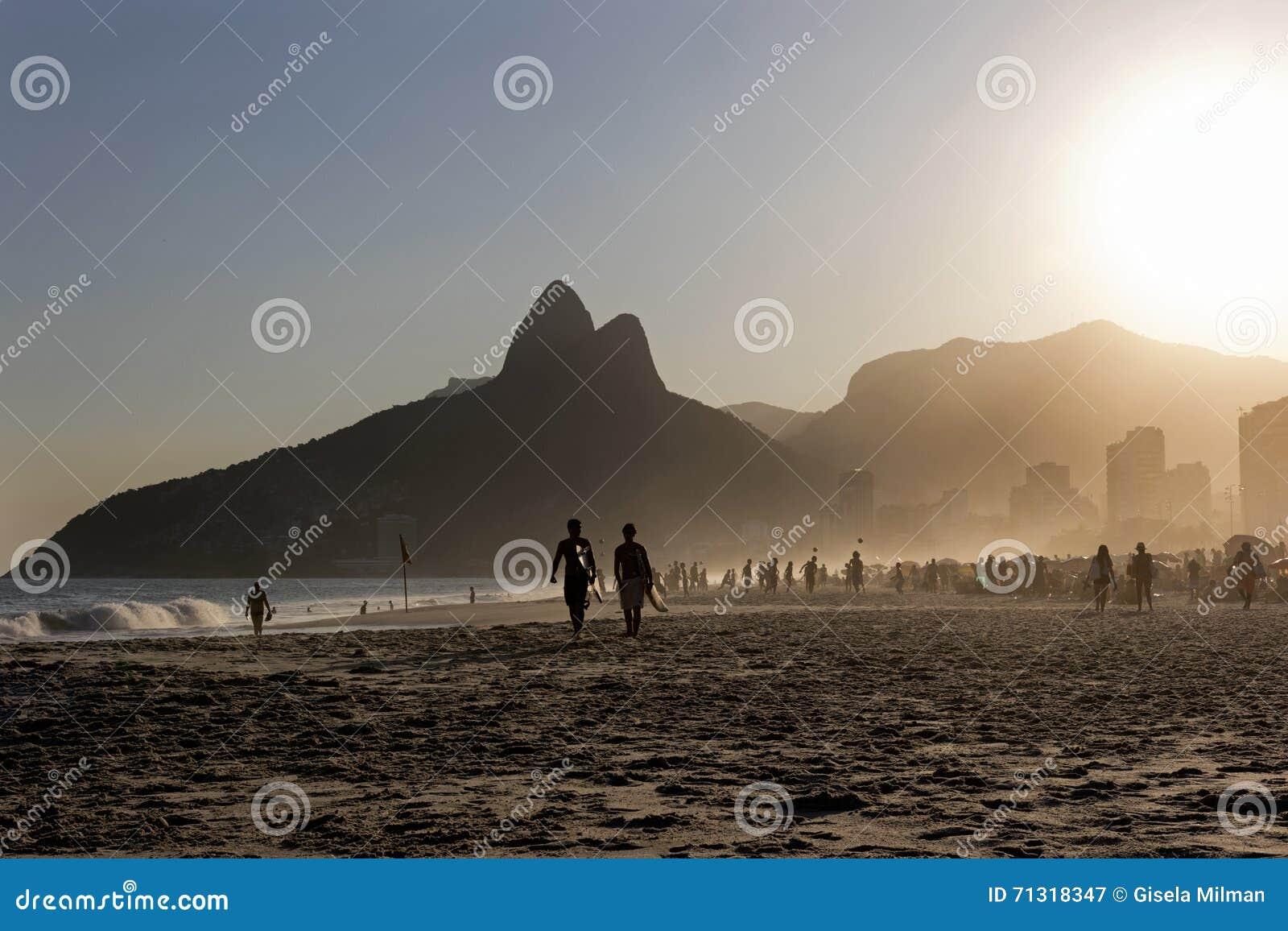 Personas que practica surf en la playa de Ipanema, Rio de Janeiro