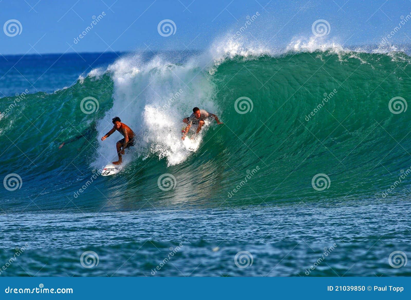 Personas que practica surf Kala Alexander y Makua Rothman en Hawaii