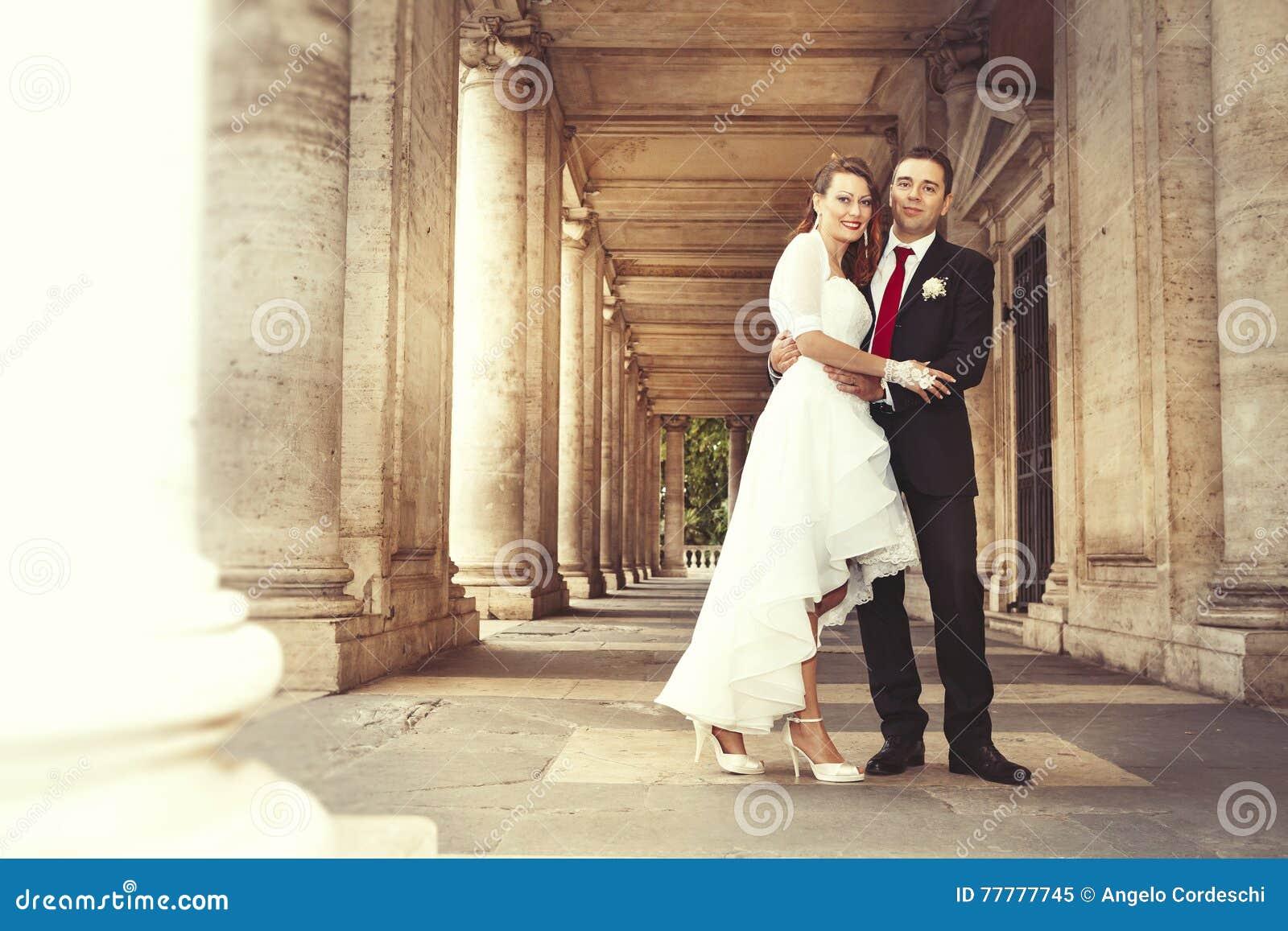 Persone appena sposate nel centro storico di Roma Colonne antiche