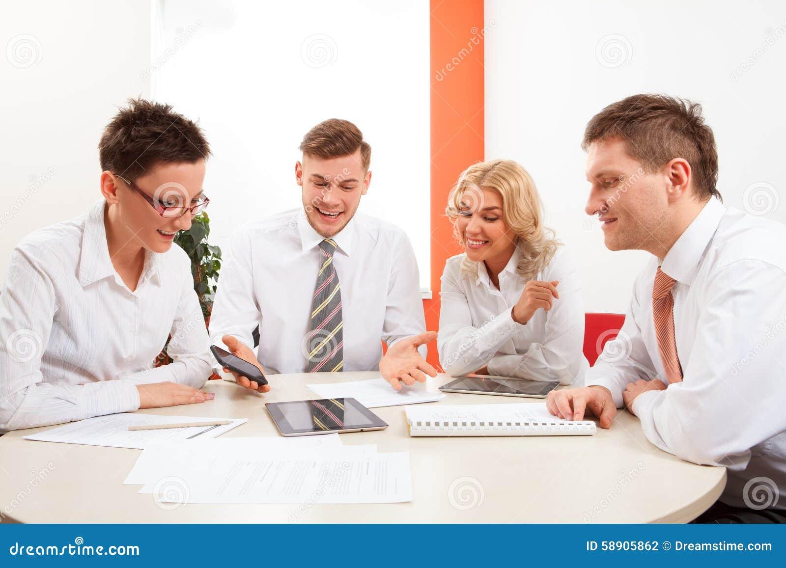Tavolo Di Ufficio : Persone di affari che lavorano insieme al tavolo di riunione in