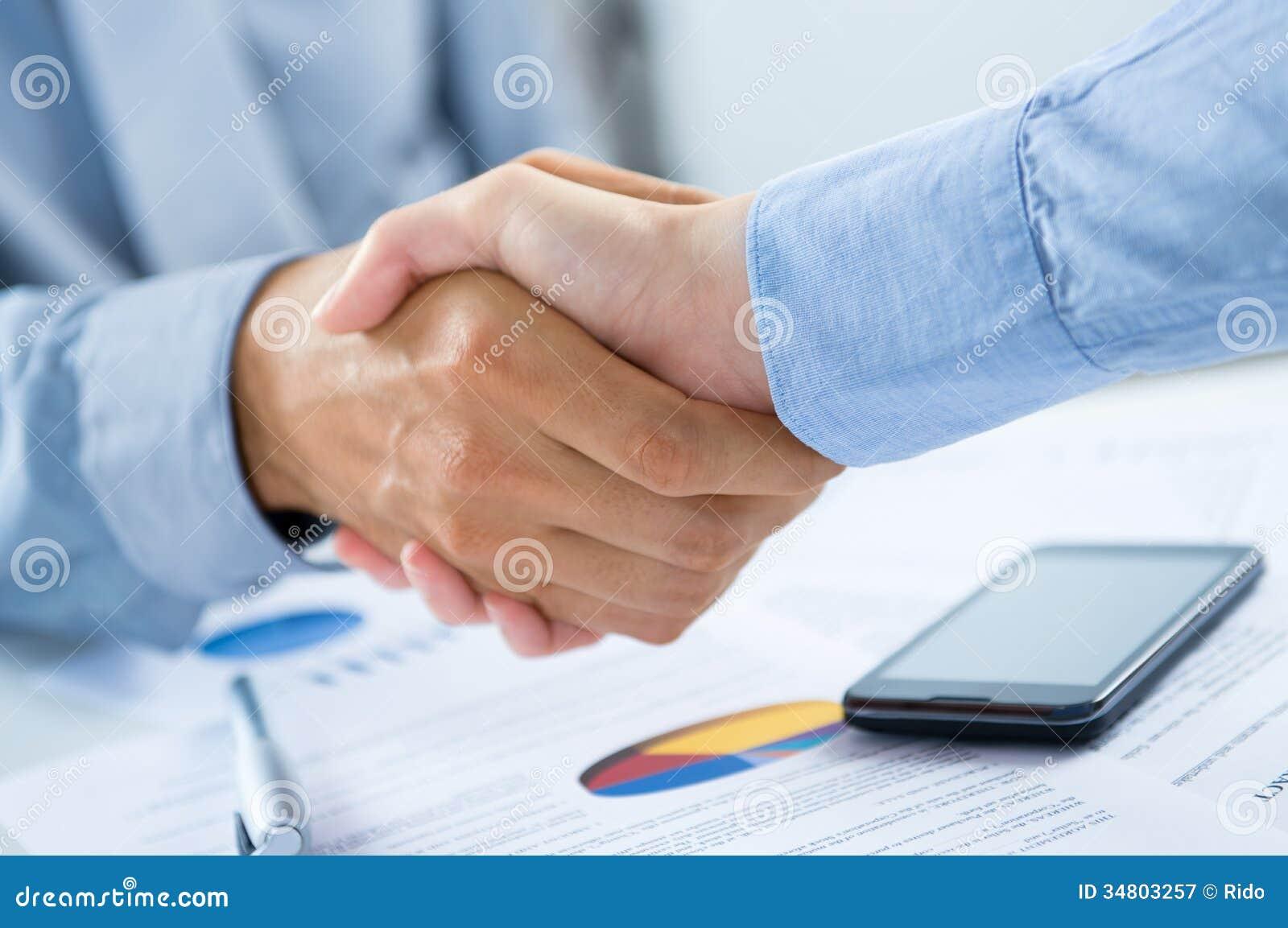 Persone di affari che stringono le mani