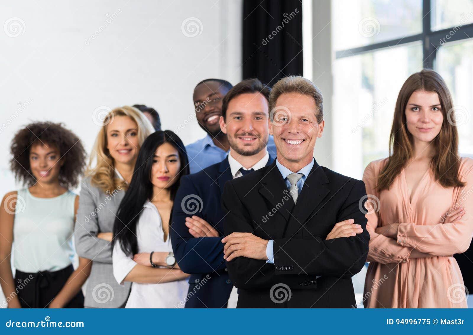 Persone di affari di With Group Of del capo in ufficio creativo, riuscito uomo d affari maturo Leading Business People Team Stand