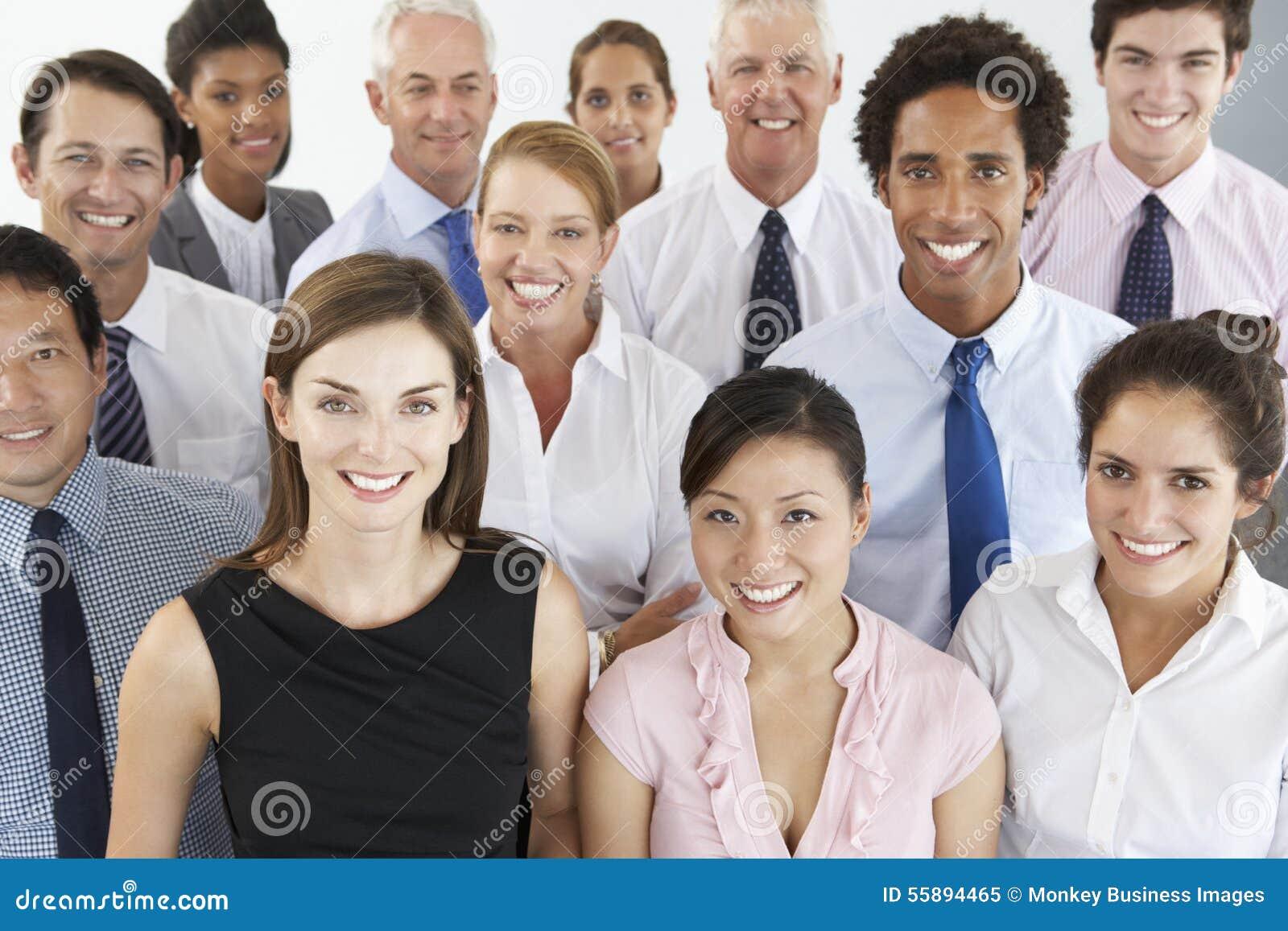 Persone di affari messe nel cerchio al seminario della società