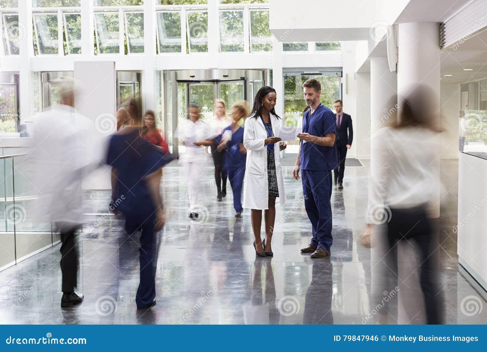 Personel W Ruchliwie Kuluarowym terenie Nowożytny szpital