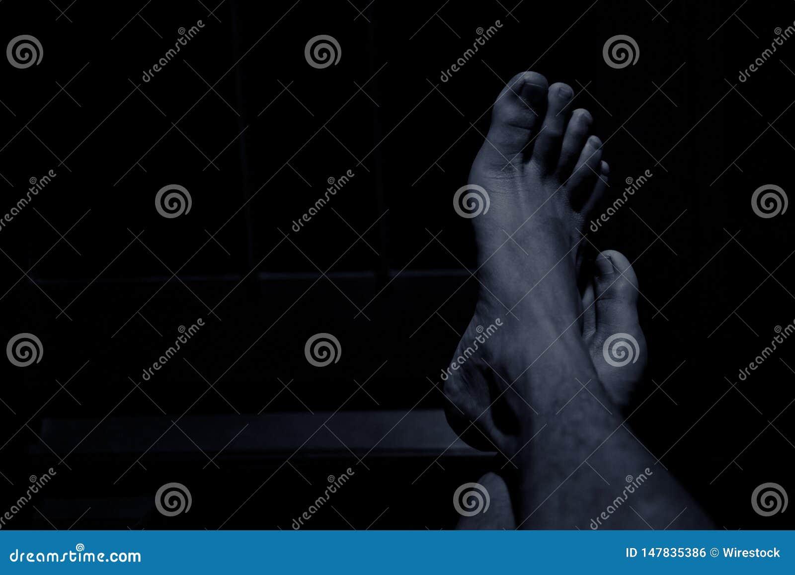 Personen die voeten rusten op de lijst