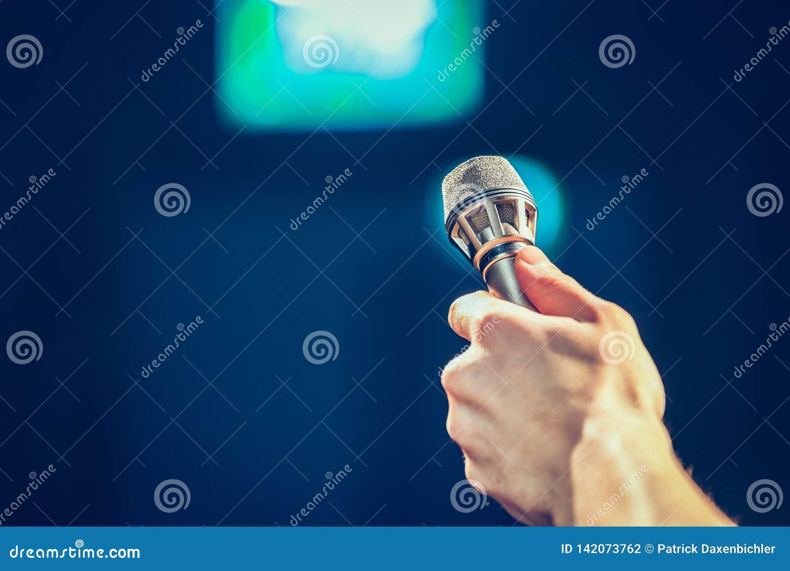 Personen spela golfboll i hål upp en mikrofon för en intervju