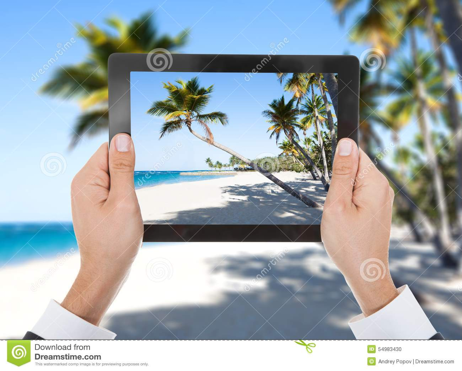Personhand med den digitala minnestavlan