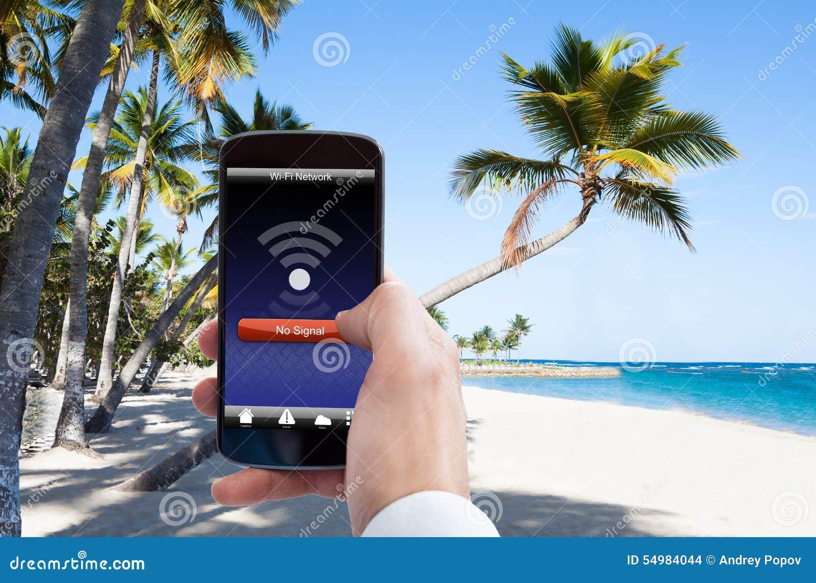 Personhand med ingen wifisignal på mobiltelefonen