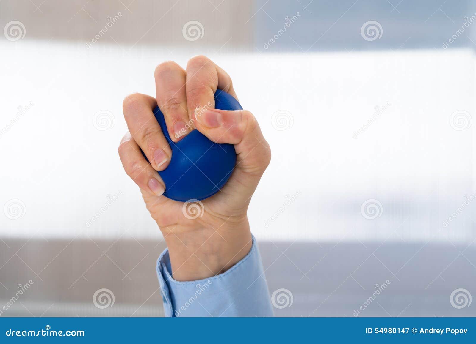 Personhand med stressball