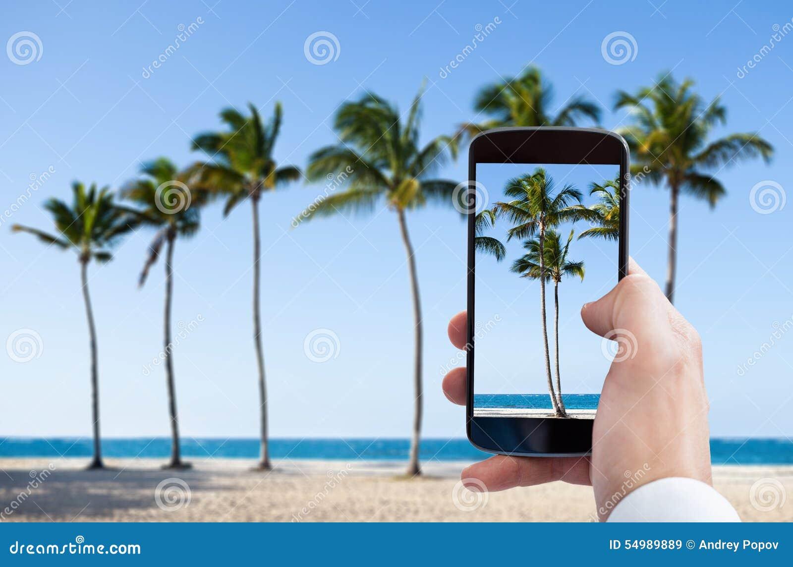 Personhand som fotograferar med mobiltelefonen