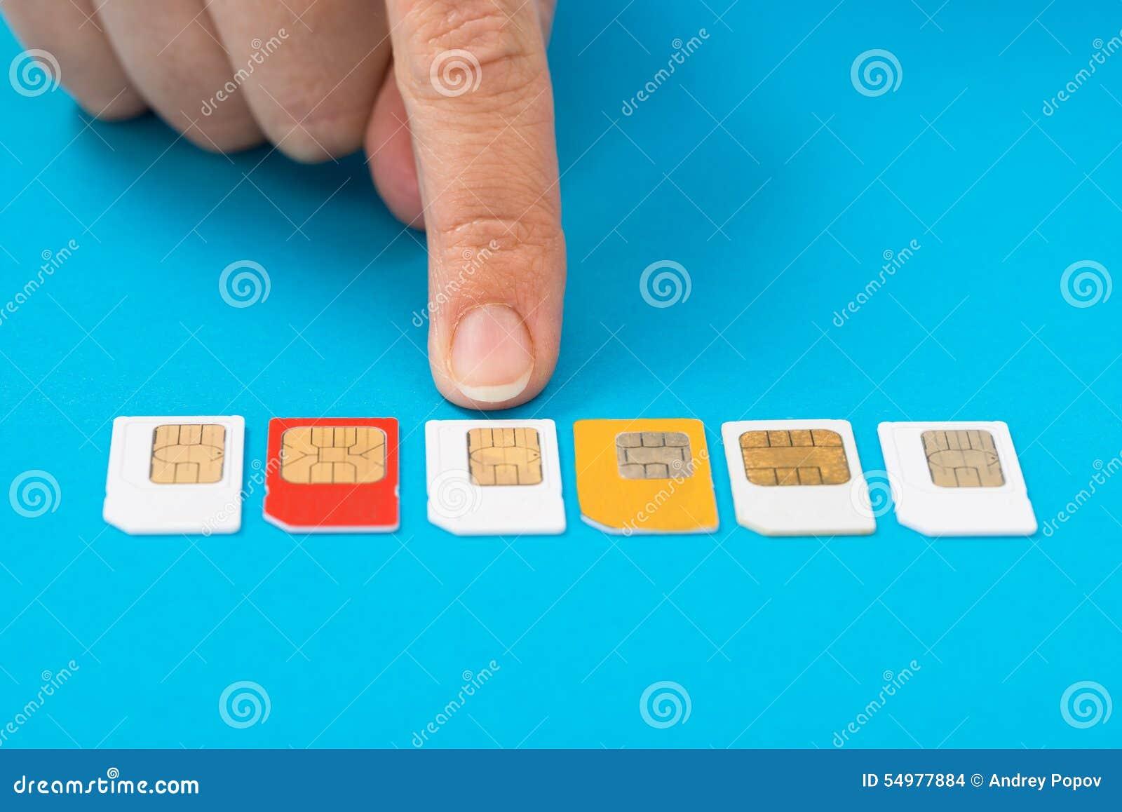 Personhand som väljer simkortet