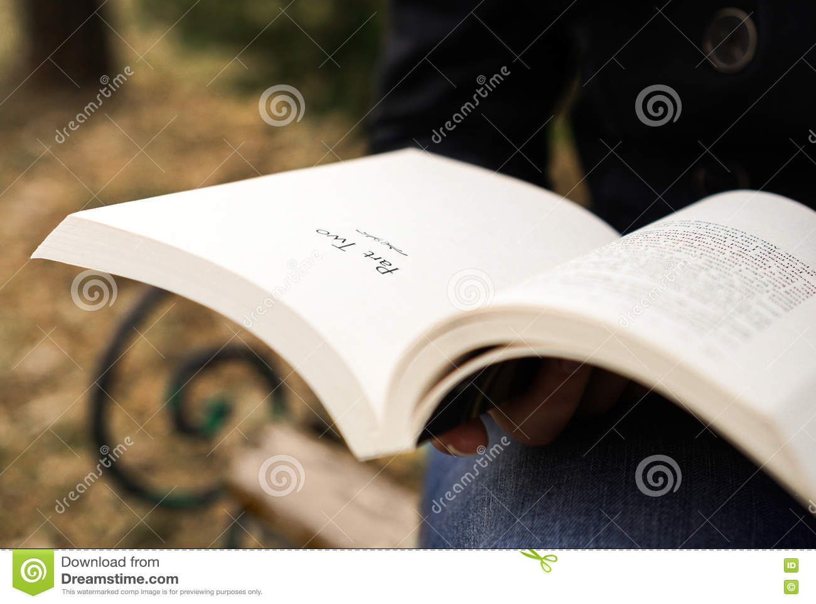 Personne affichant un livre