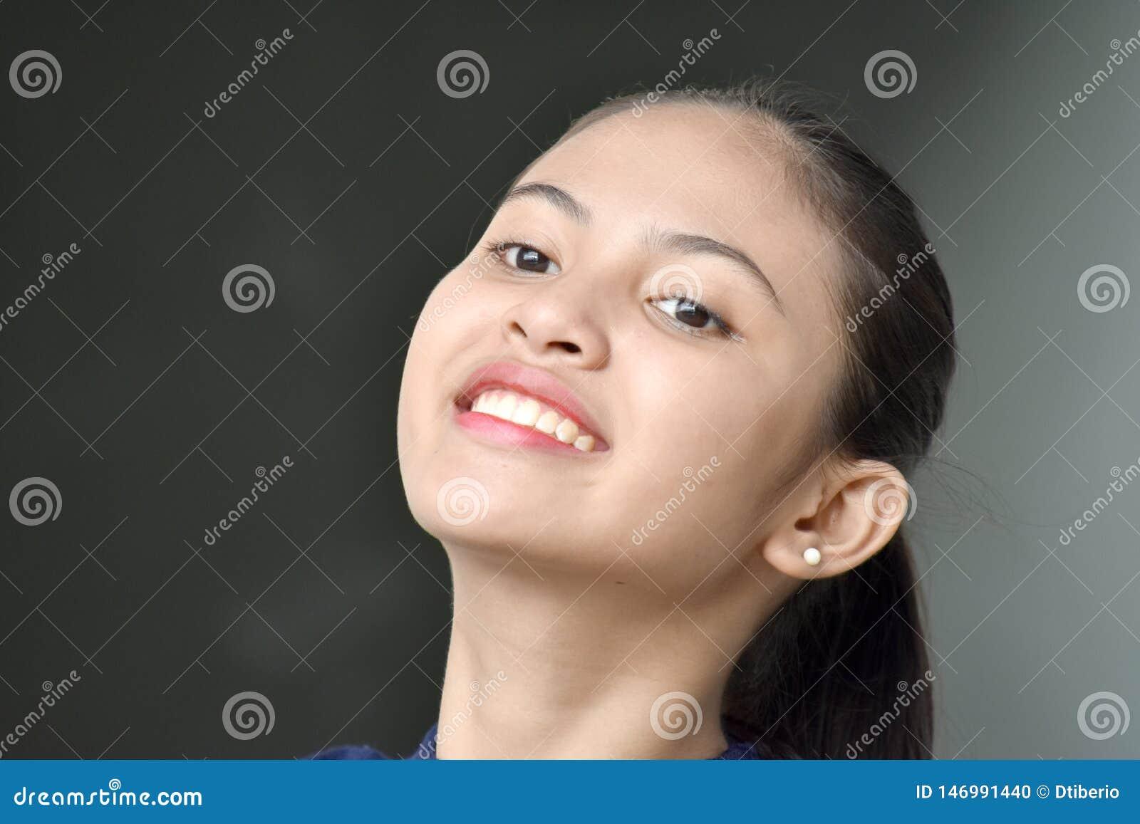 Personne asiatique mignonne contemplative