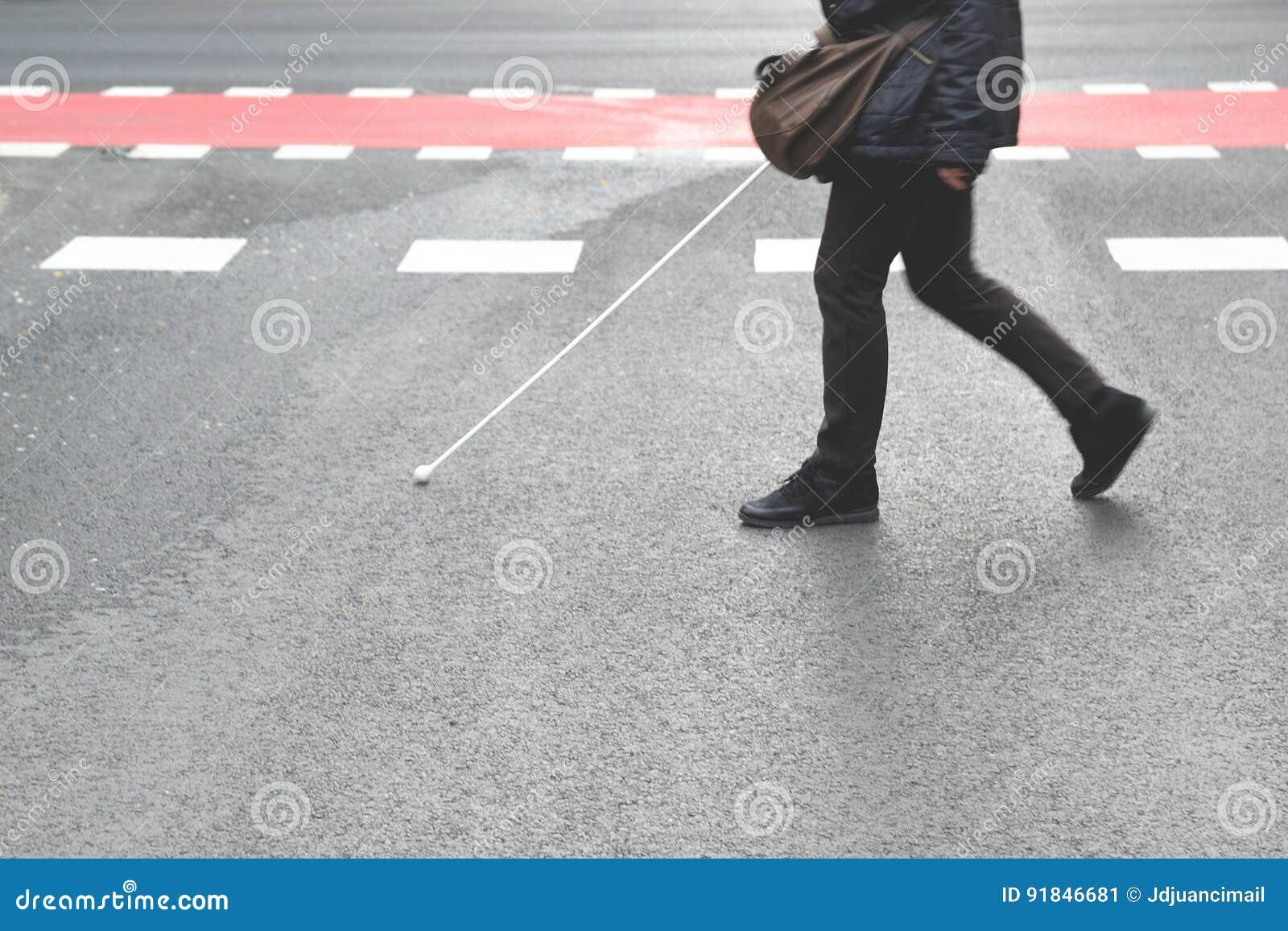 Personne aveugle marchant avec un bâton croisant un passage couvert piétonnier l espace vide de copie