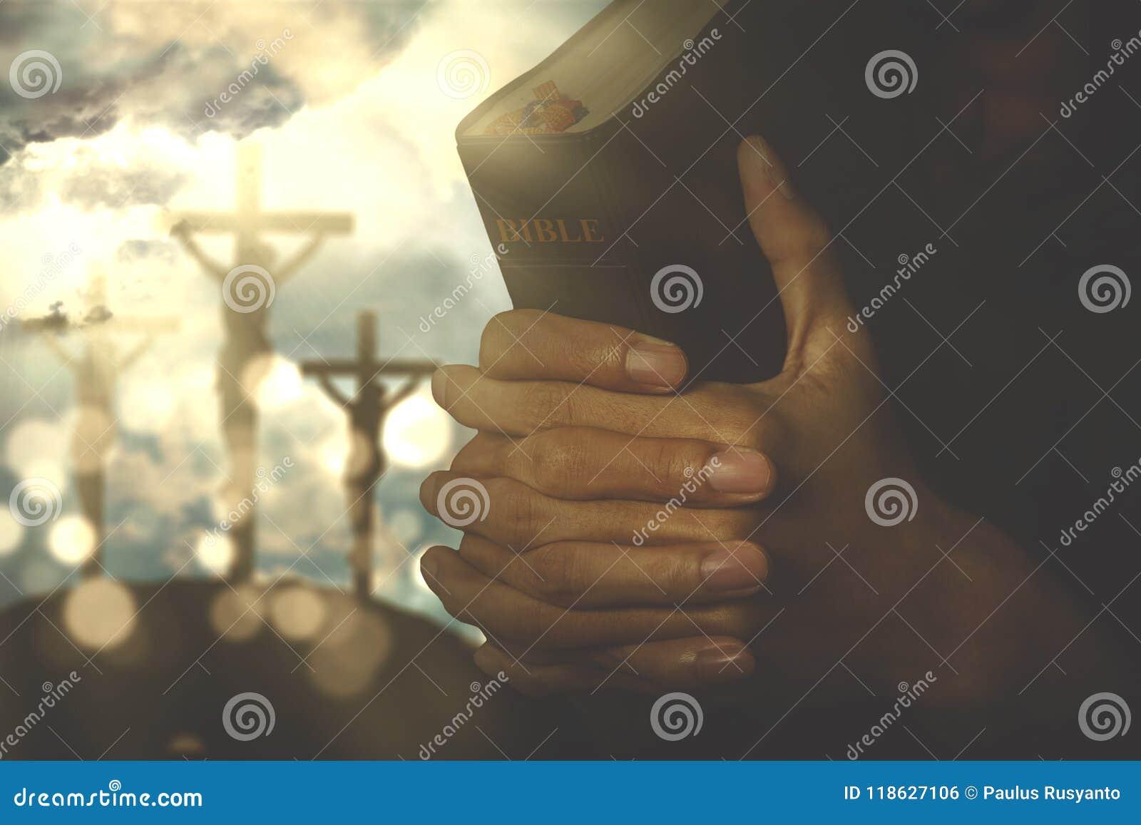 Personne chrétienne avec la bible
