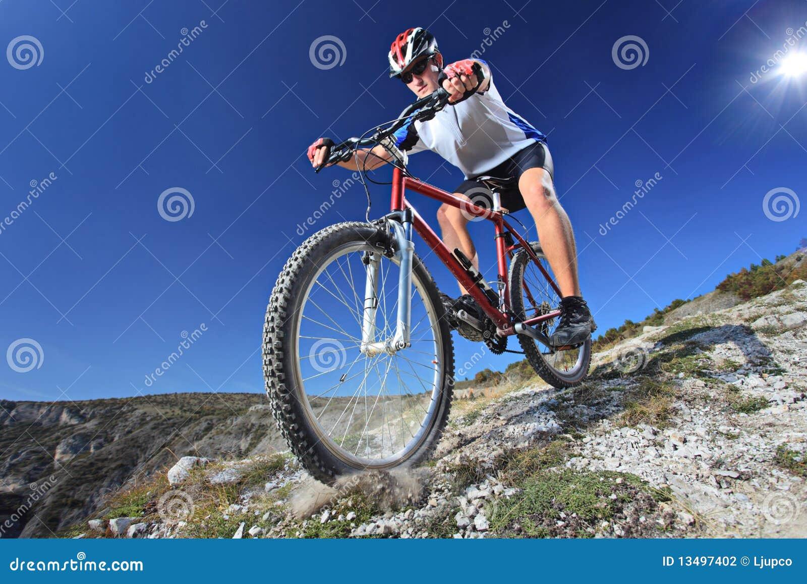 Personne conduisant un vélo