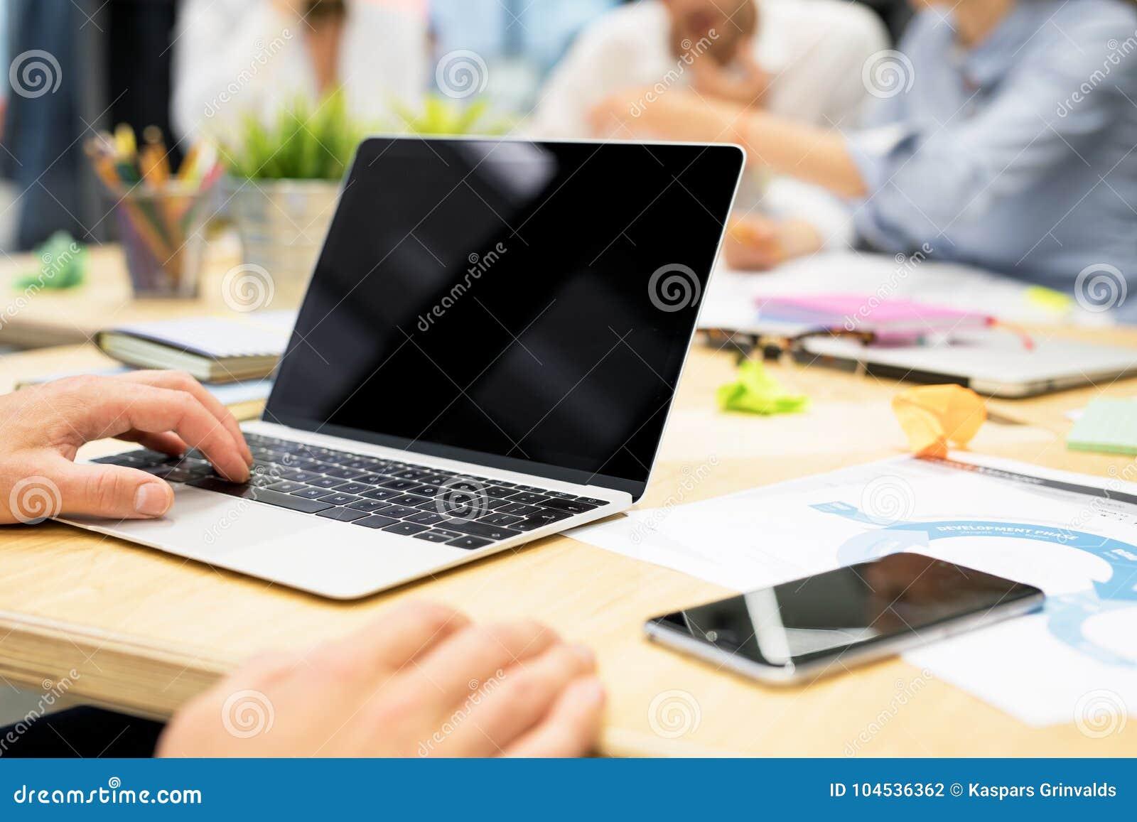 Personne dans le bureau travaillant sur l ordinateur portable
