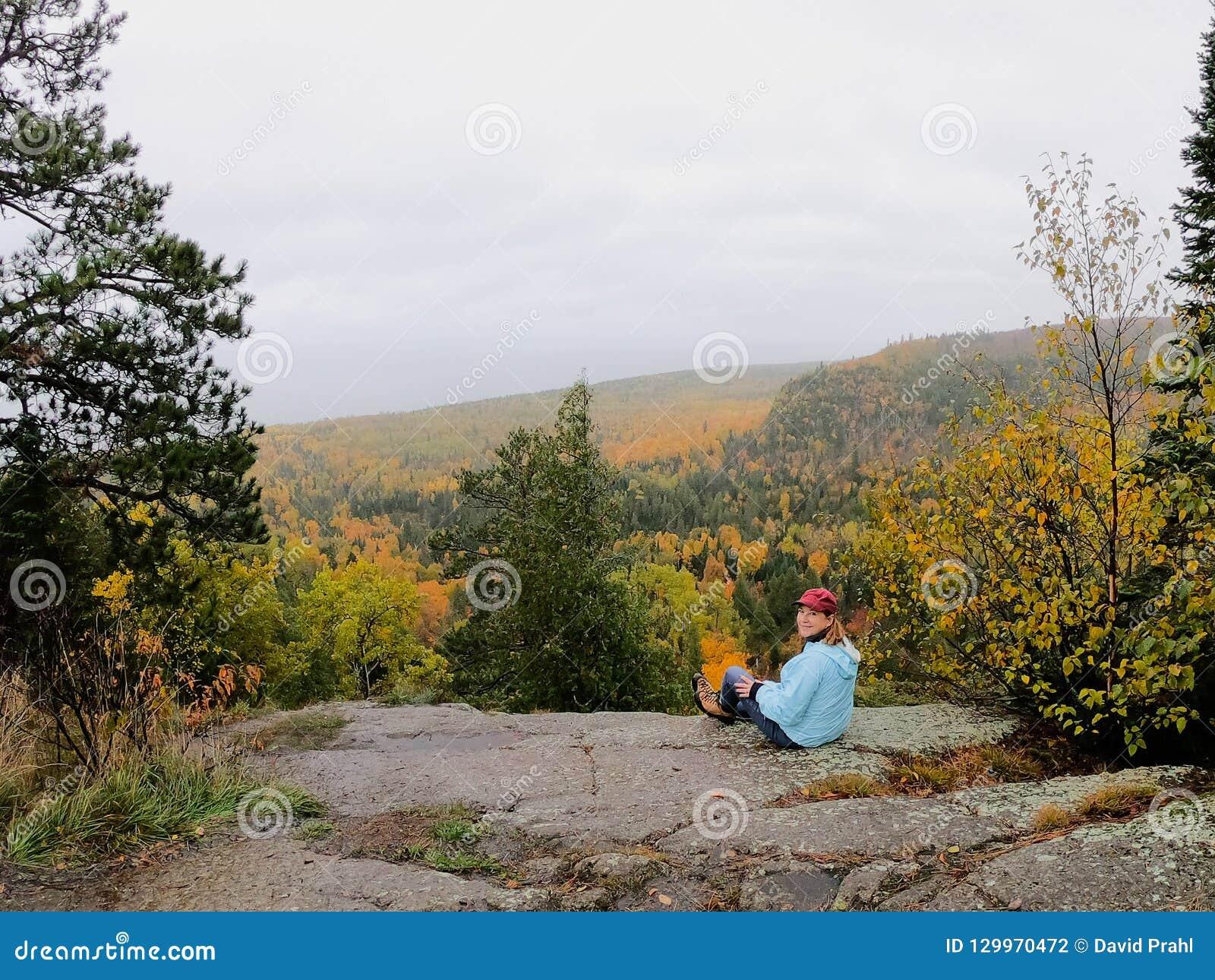 Personne regardant les arbres colorés d automne à partir du dessus d Oberg Mounta