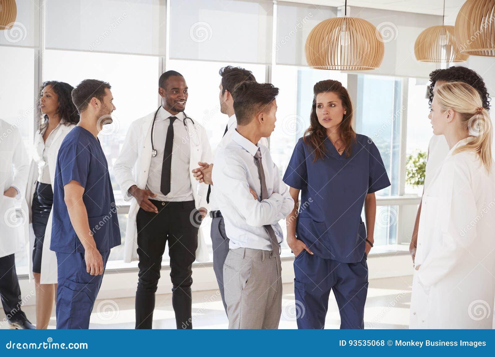 Personnel médical ayant la réunion informelle dans l hôpital
