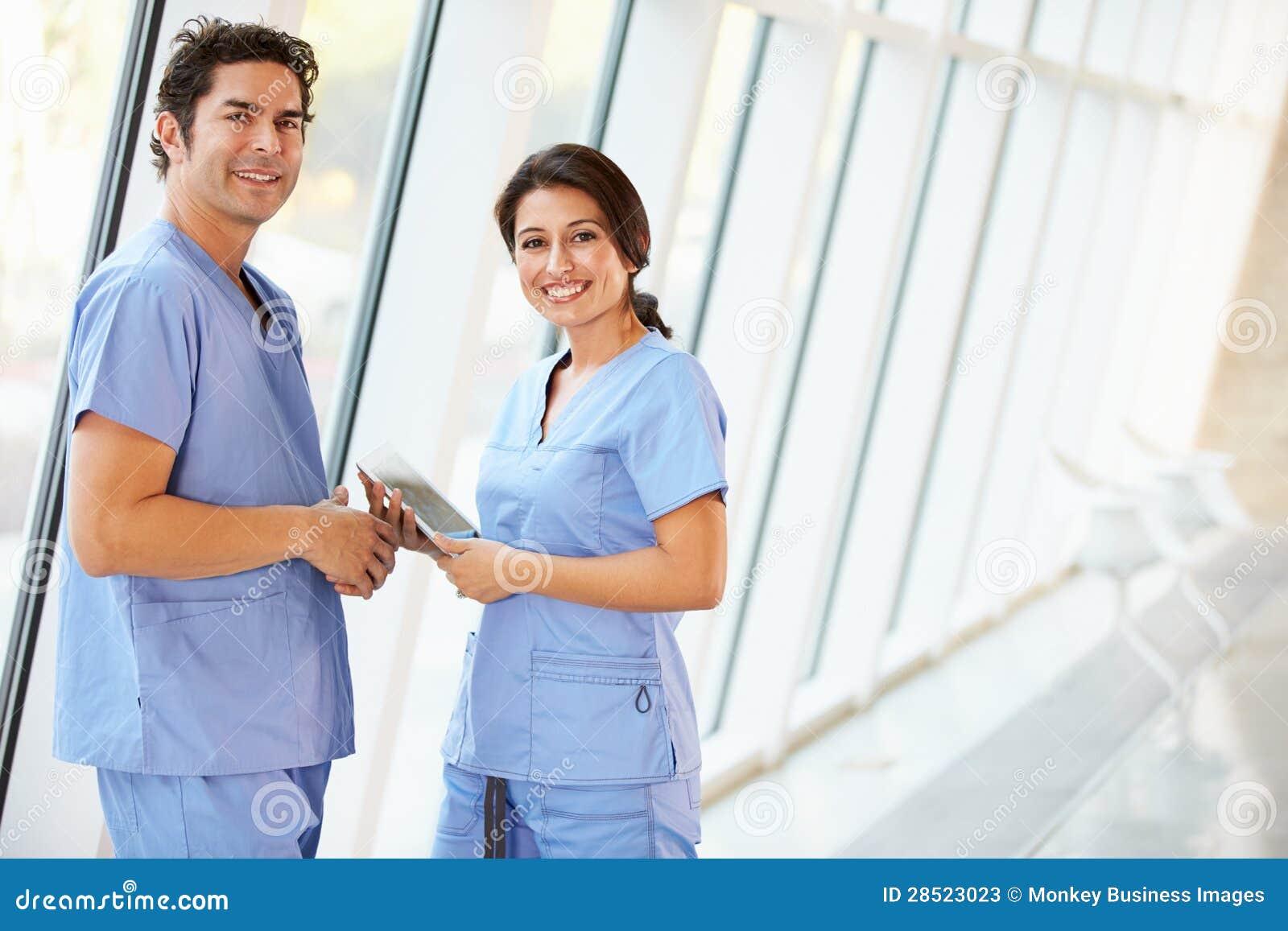 Personnel médical parlant dans le couloir d hôpital avec la tablette de Digitals