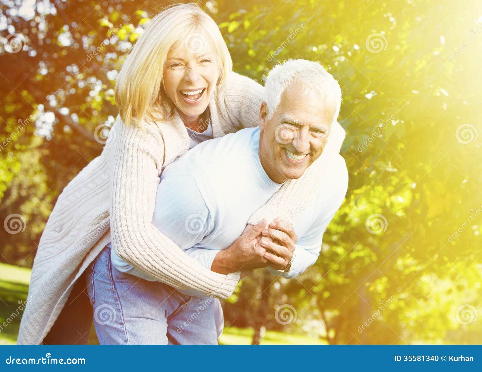 Personnes âgées au-dessus de fond de parc