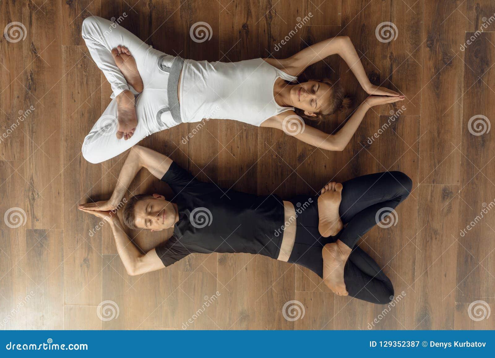 Personnes décontractées de yogi