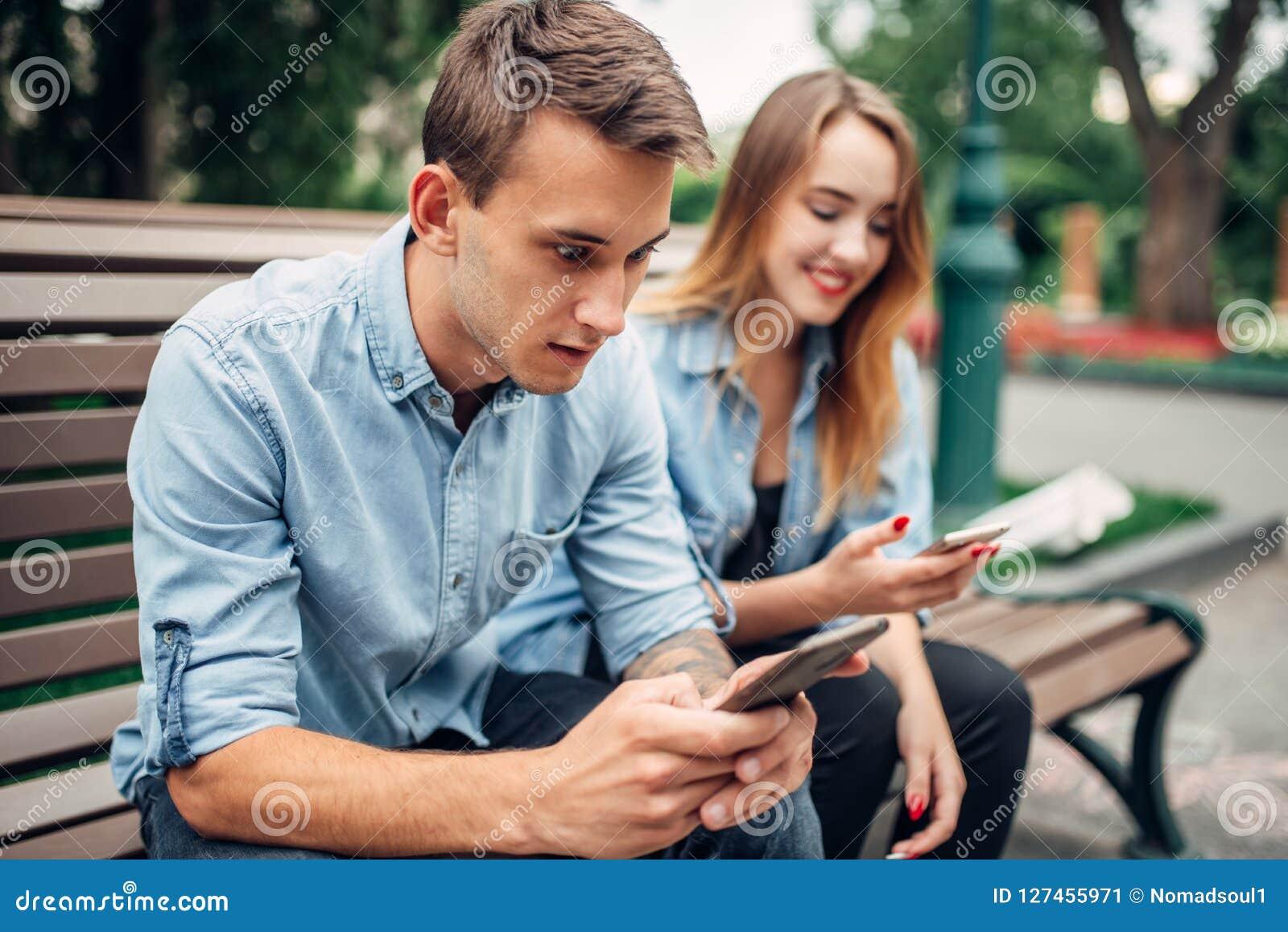 Personnes dépendantes de téléphone, couples utilisant des smartphones