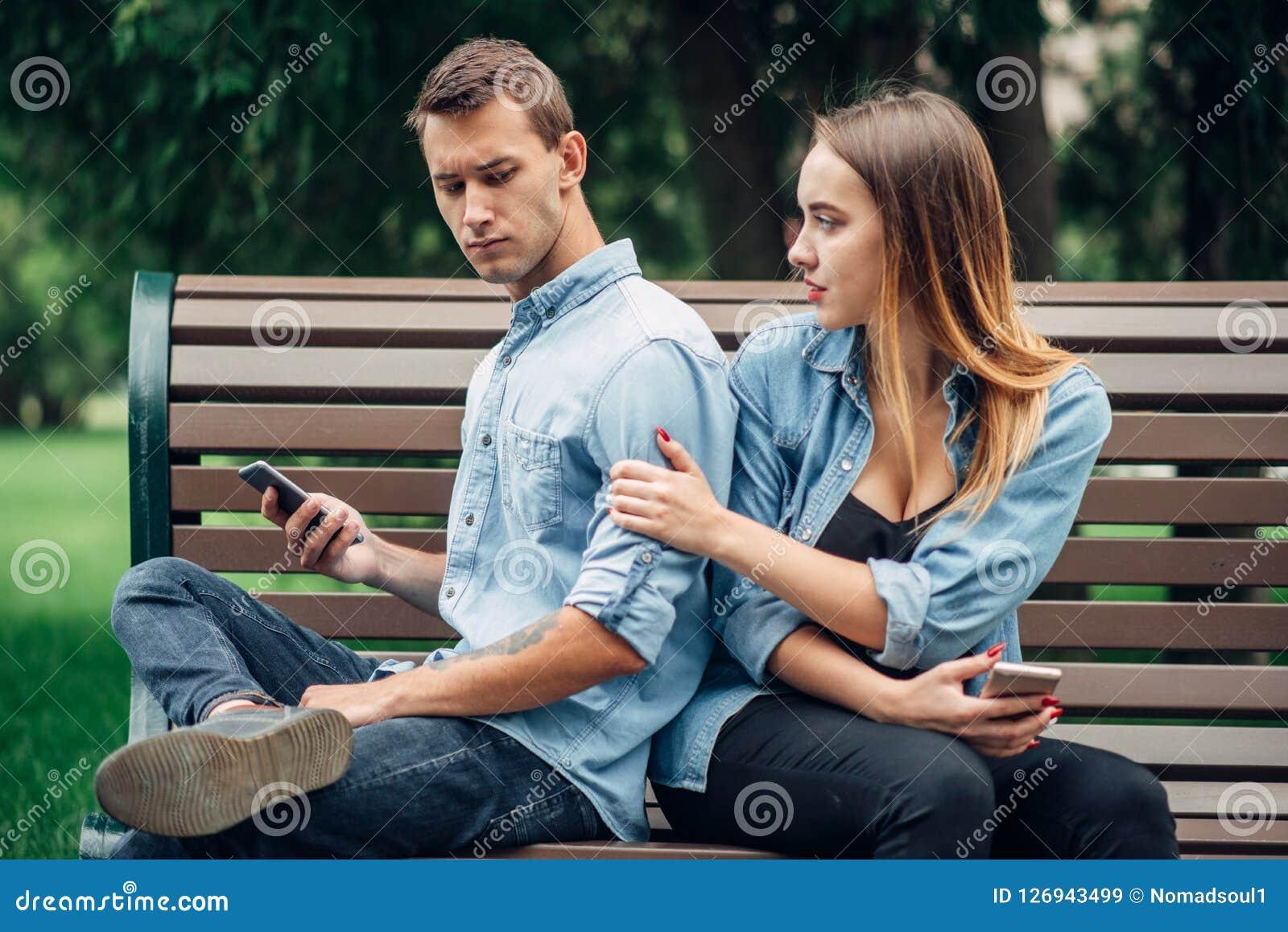 Personnes dépendantes de téléphone, homme ignorant sa femme