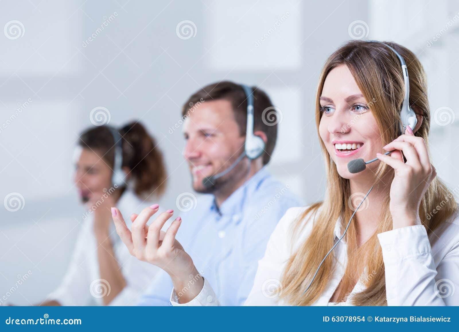 Download Personnes De Aide Dans Le Travail Photo stock - Image du adulte, bureau: 63078954