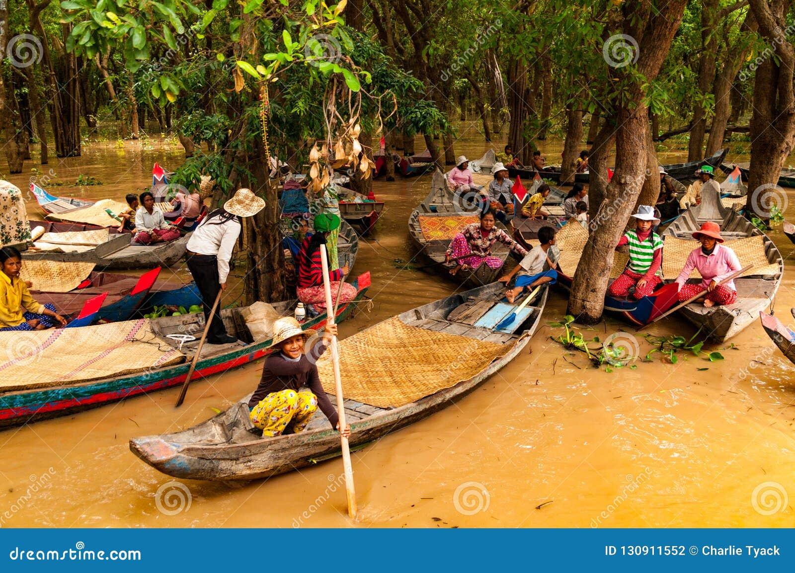 Personnes de bateau cambodgiennes dans les forêts de lagune près du lac sap de Tonle