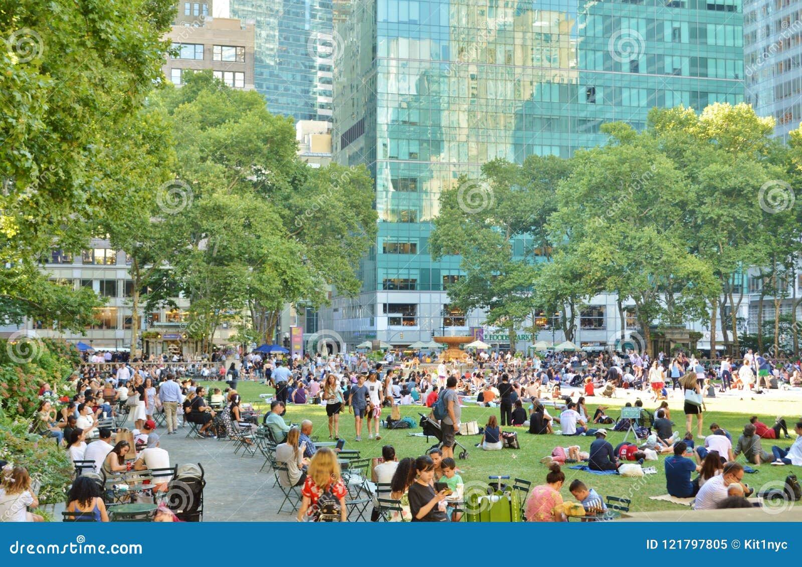 Personnes de Bryant Park New York City détendant l attraction touristique serrée d heure d été