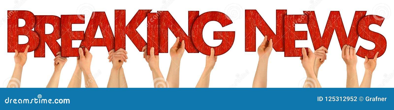 Personnes de DERNIÈRES NOUVELLES retardant les lettres en bois rouges