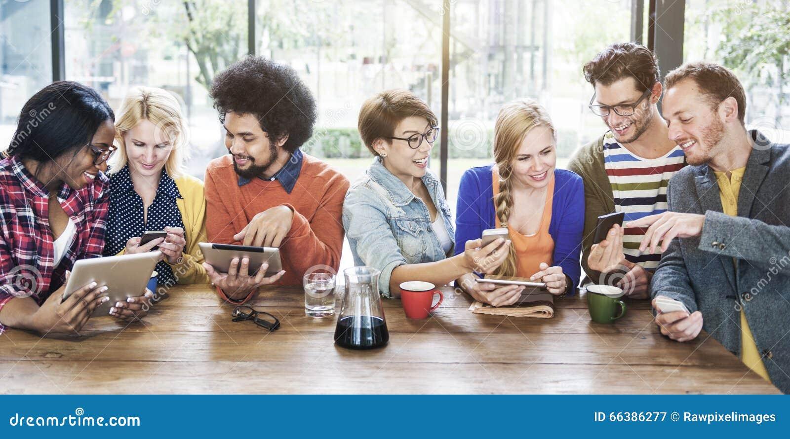 Personnes de diversité rencontrant la communication de détente Conce de connexion