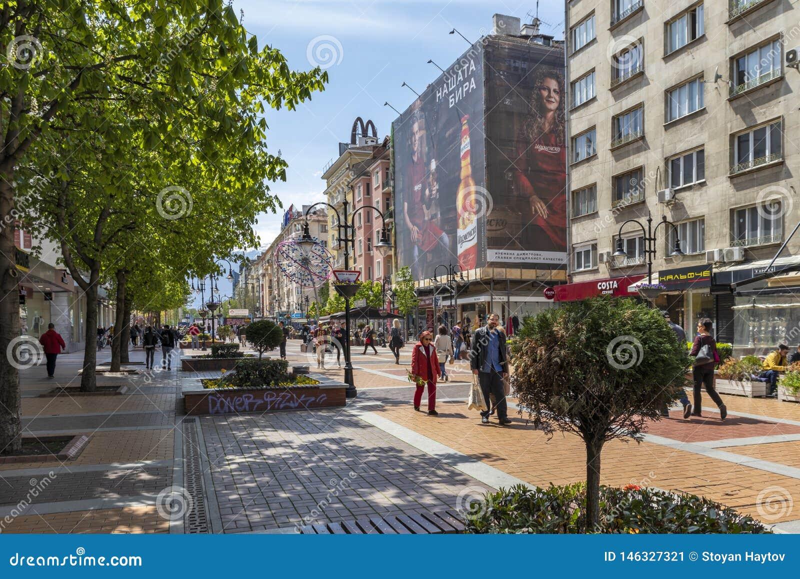Personnes de marche sur le boulevard Vitosha dans la ville de Sofia, Bulgarie