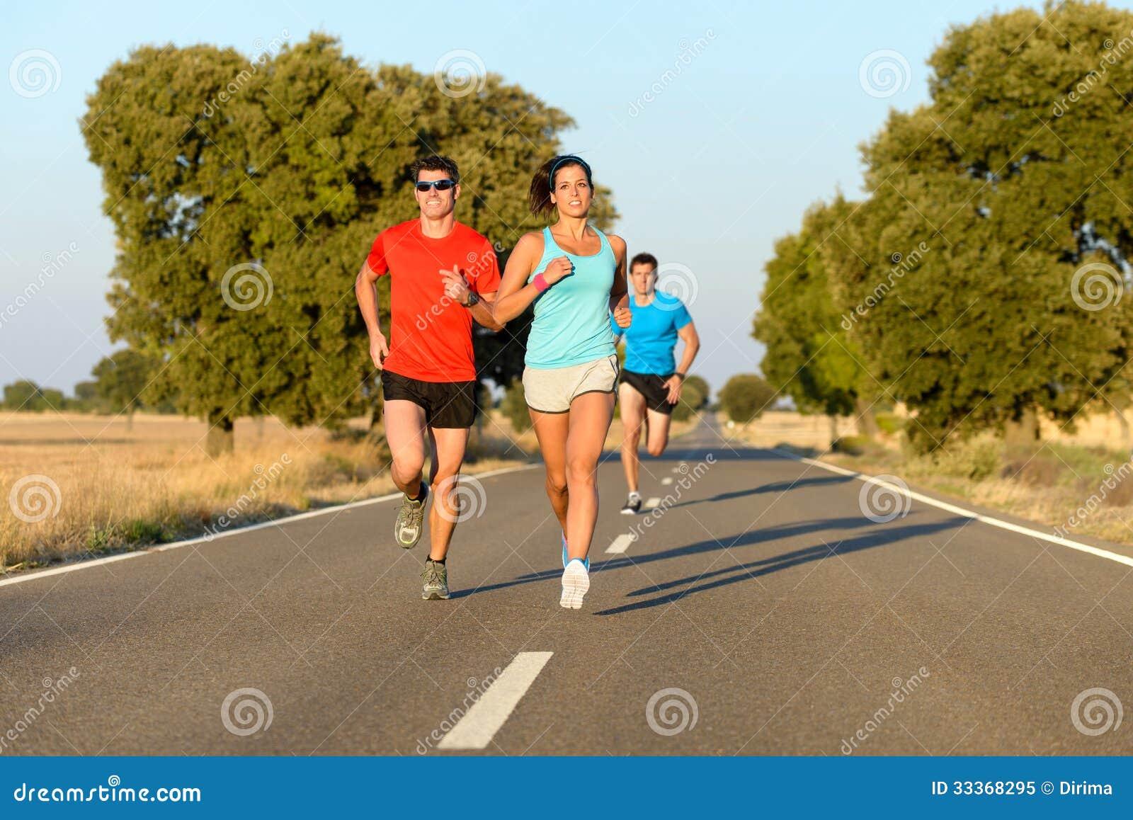 Personnes de sport courant dans la route