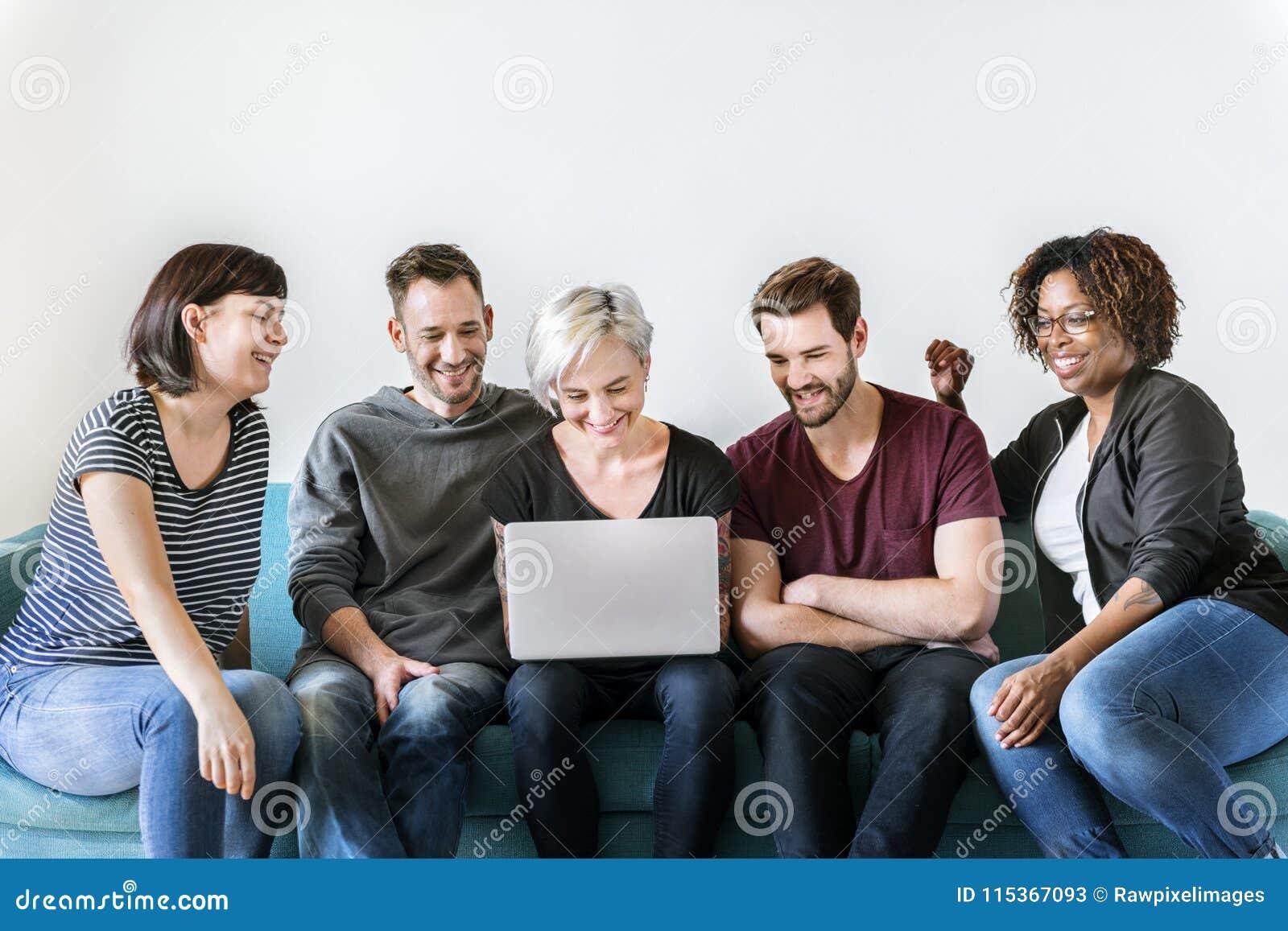 Personnes diverses employant l unité numérique de dispositif