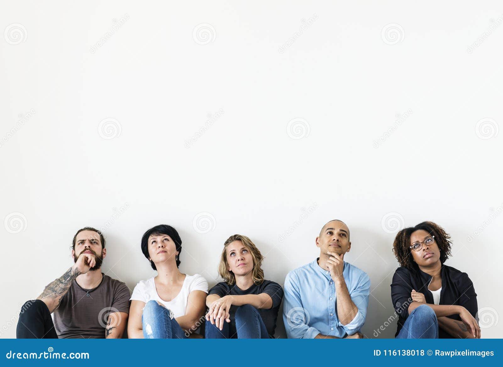 Personnes diverses s asseyant avec l expression réfléchie de visage